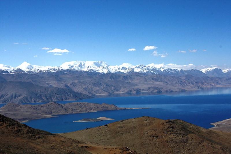 Вершина Уртабуз. Вдали - Пик Ленина. Внизу - озеро Каракуль.