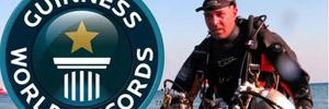 Омар Ваэль готовится погрузиться на глубину 400 метров